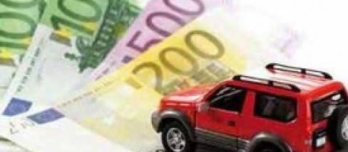 Il truffatore pttoene liquidità raggirando l'assicurazione auto