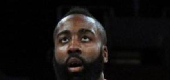 "James ""La Barba"" Harden concentrado para anotar"