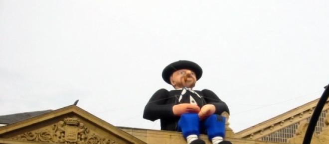 Olentzero, encima del Ayuntamiento de Donosti (DV)