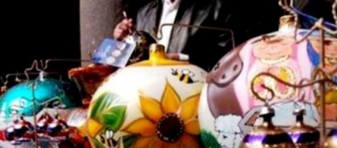 Las diestras manos de artesanos pertenecientes al municipio de Chignahuapan Puebla, crean las más hermosas esferas navideñas para que los hogares de todo el país, adornen sus árboles