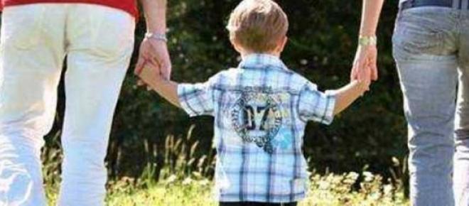 Criança e pais de mãos dadas