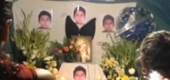 Familiares rezan por el fallecimiento de Alexander