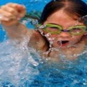 Genitori e bambini al mare in sicurezza
