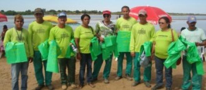 Equipe COOTRASOL na distribuição no Pontal