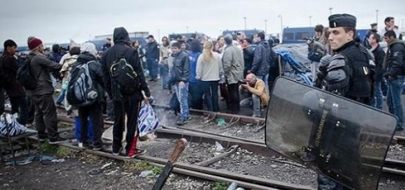 La police fait face à un grand nombre de migrants.