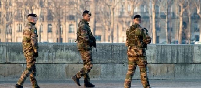 Hollande renonce à supprimer 7500 postes à la Défense.