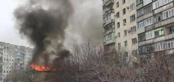 Raketenangriff auf Wohngegend in Mariupol.
