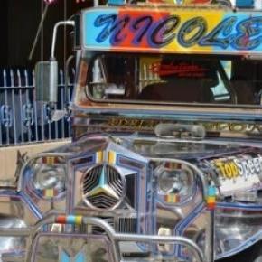 """Un """"Jeepney"""" rutilant dans les rues de Sebang ."""
