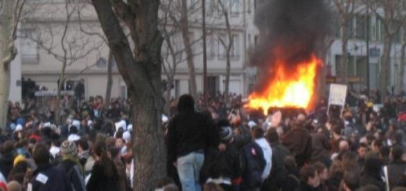 Brennende Autos bei einer Demonstrationen