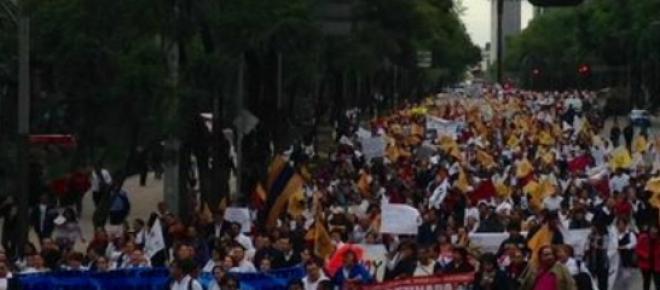 """Miles de enfermeras particparon en una marcha;<span style=""""font-size: 12pt; line-height: 115%; font-family: """"Arial"""",""""sans-serif"""";"""">la Secretaria de Salud, Mercedes Juan López, no las recibirá. </span>"""