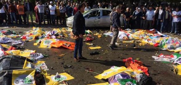 Corpuri coperite cu steaguri - explozia din Ankara