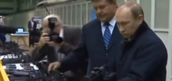 Putin w fabryce broni (YT print scrn)