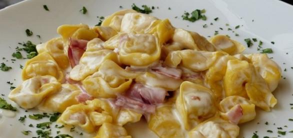 Pastas con salsa de crema y jamón