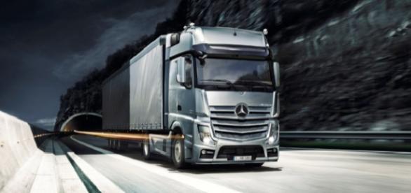 Mercedes benz actros erster lkw mit autopilot auf der for Mercedes benz autopilot