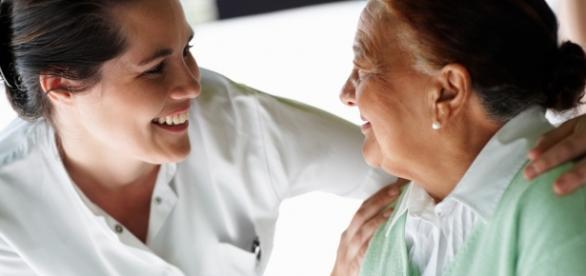 Enfermera atendiendo a una señora