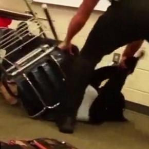 Un poliţist se comportă brutal cu o elevă