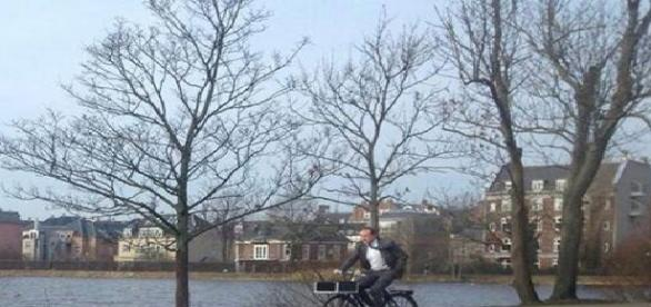 Ministrul danez cu bicicleta prin oraș