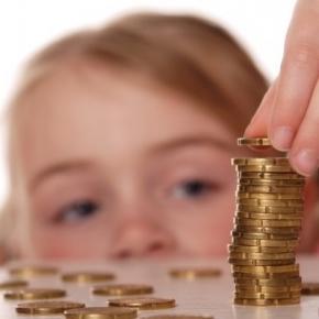 Leia como ensinar sobre dinheiro no universo deles