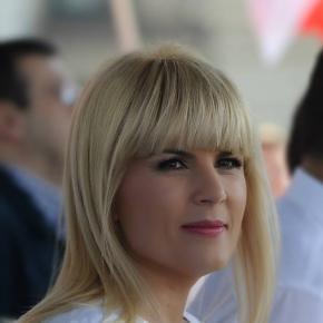 Pe Elena Udrea o cam mănâncă limba!