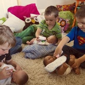 Meninos brincando de bonecas - contrariando...