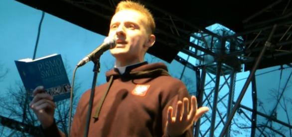 Ksiądz Jacek Międlar podczas przemówienia.