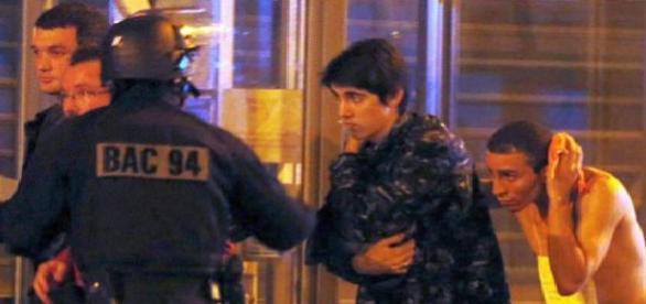 Autoritățile franceze preluând răniții