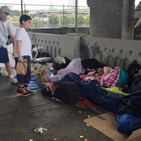 Dusty rozdający bezdomnym jedzenie