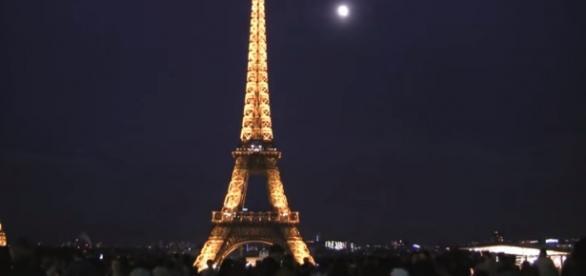 Wieża Eiffla, symbol Paryża i Francji (YT screen)