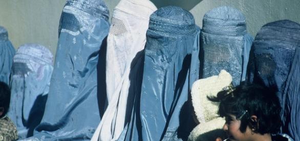 Femei musulmane obligate să poarte burka