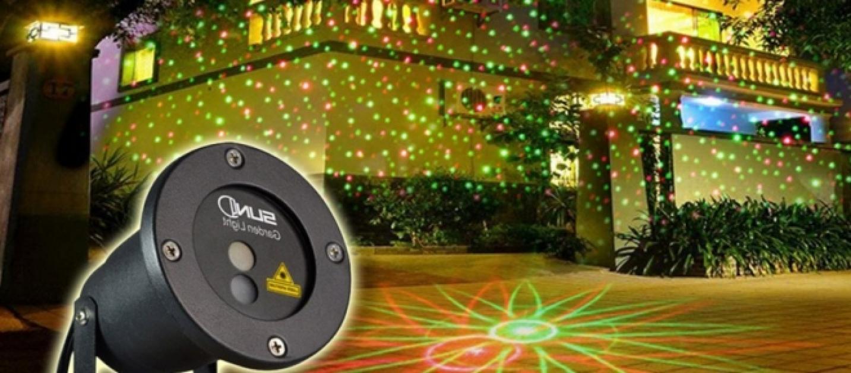 Natale high tech ecco i faretti laser da giardino per le - Decorazioni natalizie esterne ...