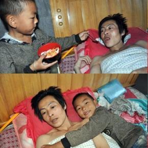 Un băieţel chinez are grijă de tatăl său paralizat