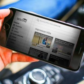 Platforma edukacyjna WikiVid na telefonie