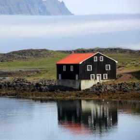 Une maison islandaise au détour d'un fjord du nord