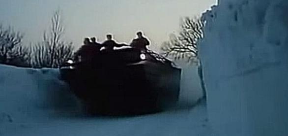 Bojowy wóz piechoty sprawdza przejezdność drogi.