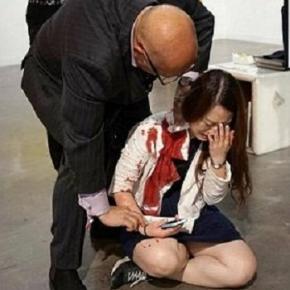 O tânără a fost înjunghiată într-o galerie de artă