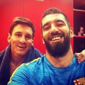 Arda Turan und Lionel Messi vom FC Barcelona