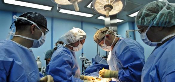 Cadre medicale efectuând o operaţie chirurgicală