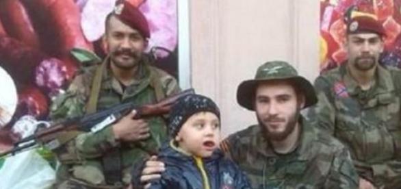 Guillaume (Mitte) zog in den Kampf in der Ukraine.