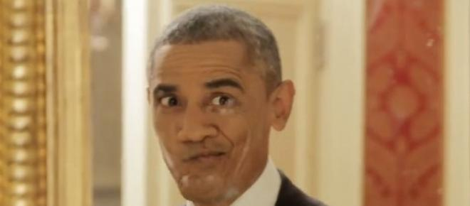 Obama robi miny przed lustrem