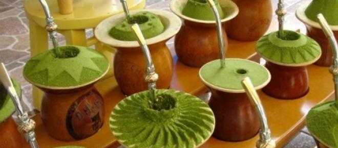 <p>Chimarrão, a bebida amarga dos gaúchos, que é uma verdadeira tradição característica do sul do Brasil. Uma série de formas e maneiras cercam o ato de tomar chimarrão, hábito que os gaúchos incorporaram á séculos.</p>
