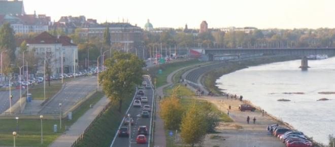 Wszystkie inne czynne jeszcze warszawskie mosty - a także ulice wzdłuż Wisły - muszą teraz przez wiele miesięcy przejąć intensywny ruch z zamkniętego po niesamowitym pożarze desek mostu Łazienkowskiego.