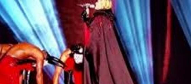<p>A artista americana, caiu de costas no chão depois de pisar na capa que estava vestindo. Felizmente, tudo não passou de susto proporcionado por Madonna ontem à noite (25) no The O2 Arena, em Londres...</p>