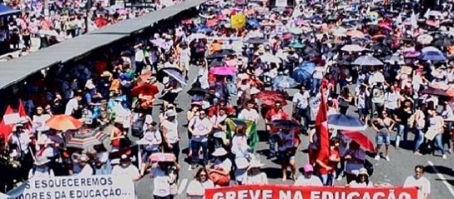 Protesto no centro cívico. centenas de manifestantes.