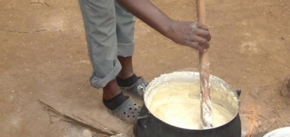 traditionelles Kochen von Fufu in Zentralafrika