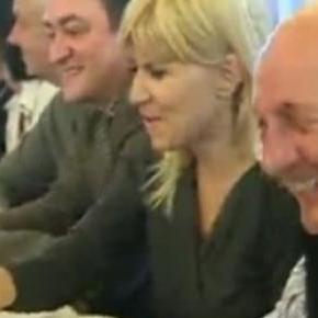Moment de relaxare la o bere cu Basescu si Udrea