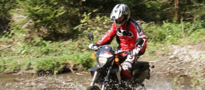 Motorrad Fahrer im Gelände. Das klassische Enduro. Eine sehr extreme und anstregende Sportart.