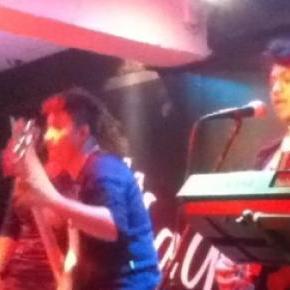 'Lemings' en concierto por un bar de la ciudad