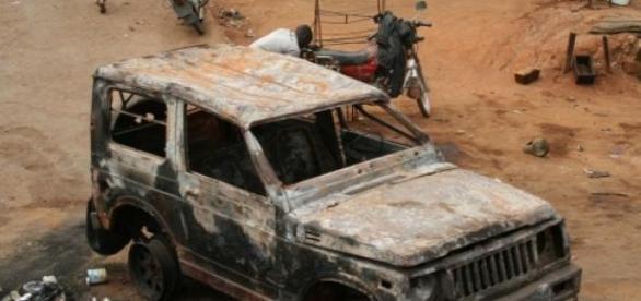 Ein ausgebranntes Auto nach einem Aufstand