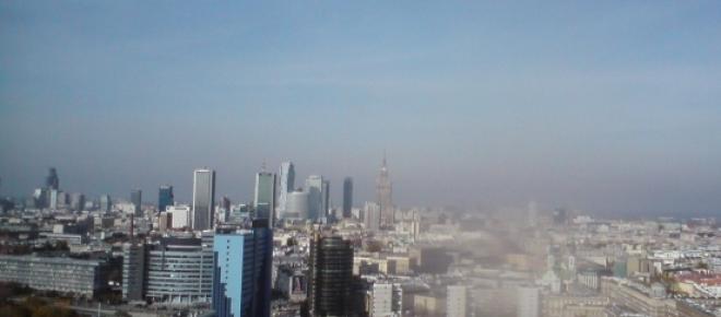 <p>Panorama Warszawy - widok z dachu nowego wieżowca Nowy Plac Unii Lubelskiej. Fotografię wykonał jesienią 2014 r Jarosław Franciszek Furmaniak. Czy anomalie pogodowe będą się utrwalać, czy może wszystko wkrótce wróci do statystycznej normy?</p>