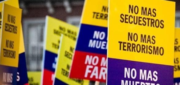 Weltweit demonstrieren Menschen gegen die FARC.
